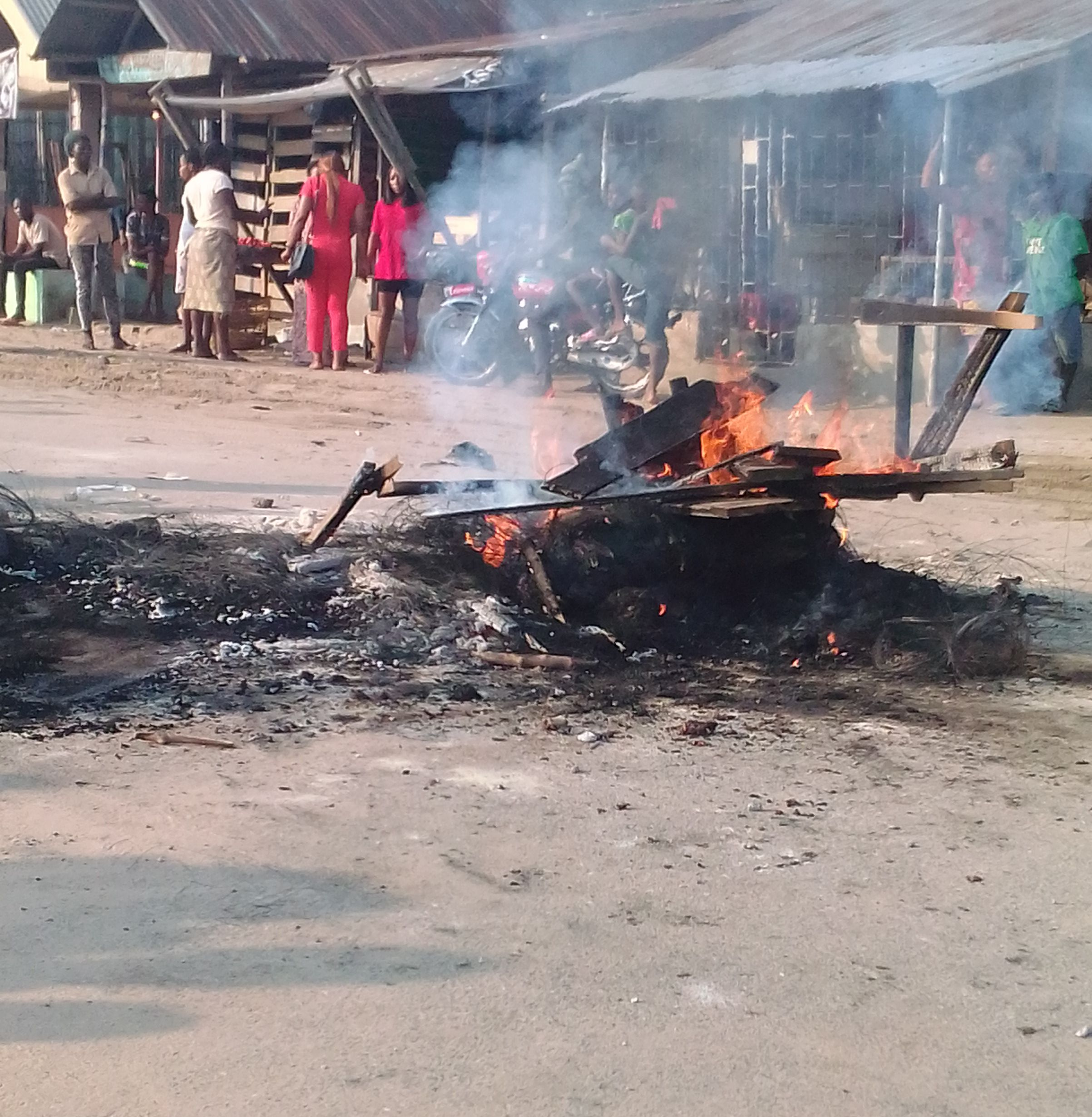 Mob burns two robbery suspects accused of raping a woman